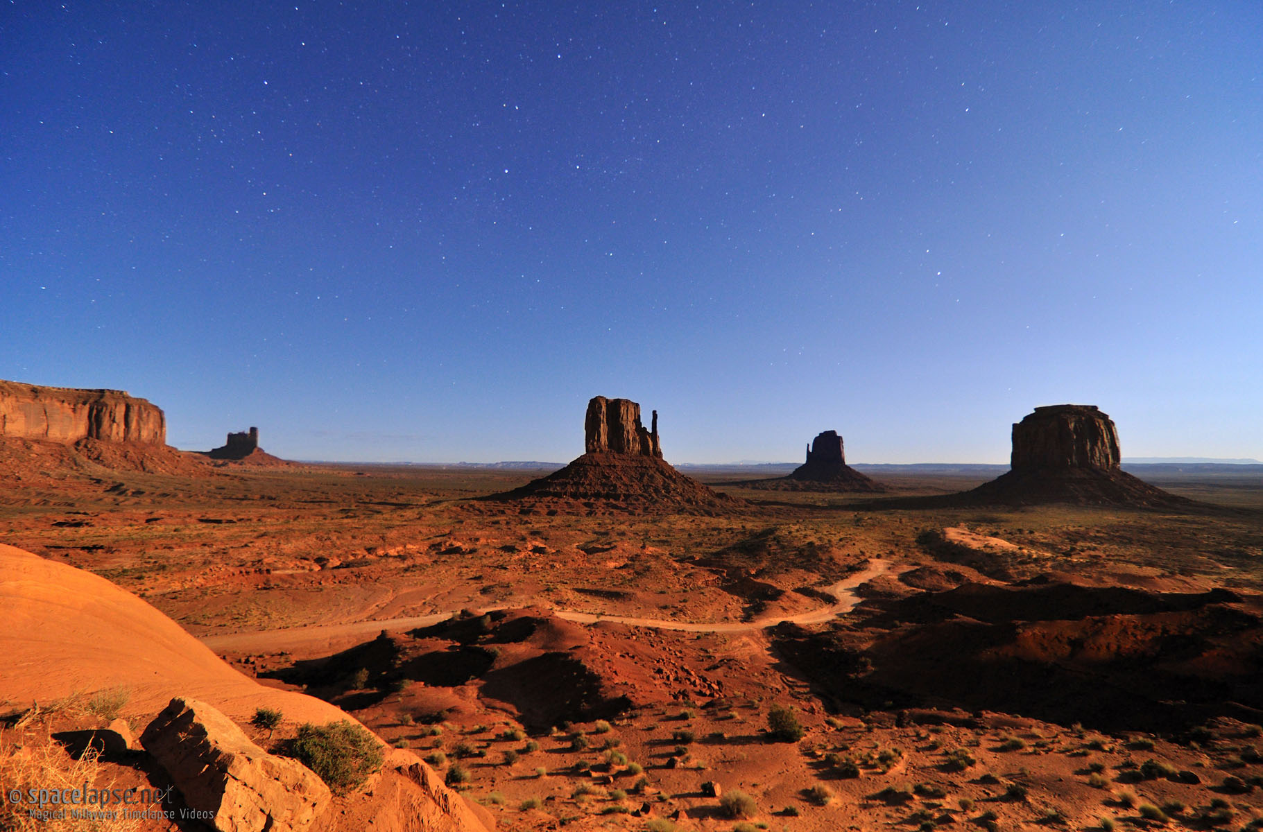Moonshine Valley - Monument Valley bei Mondlicht