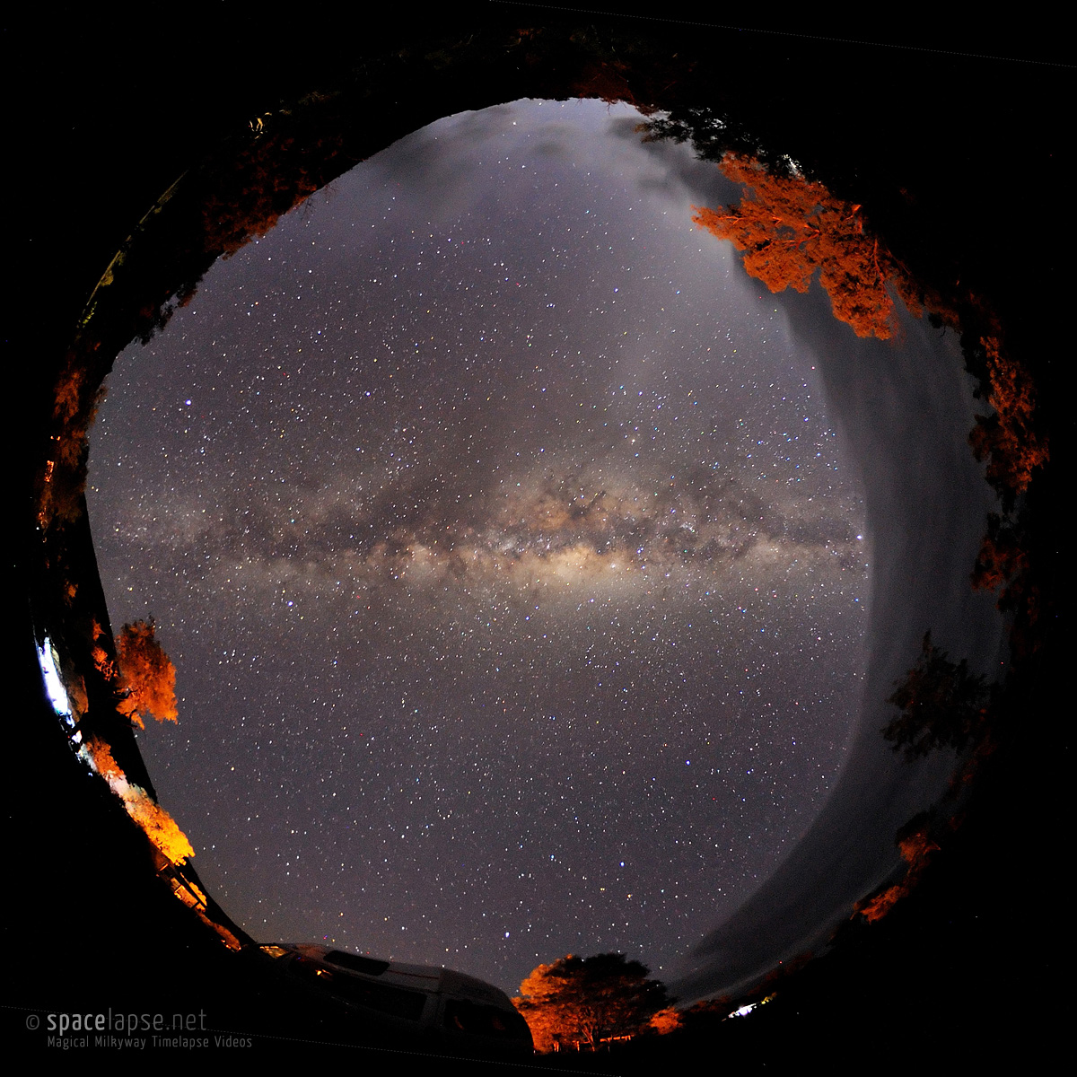 Australia's whole nightsky - Die milky way divides the night sky into two parts